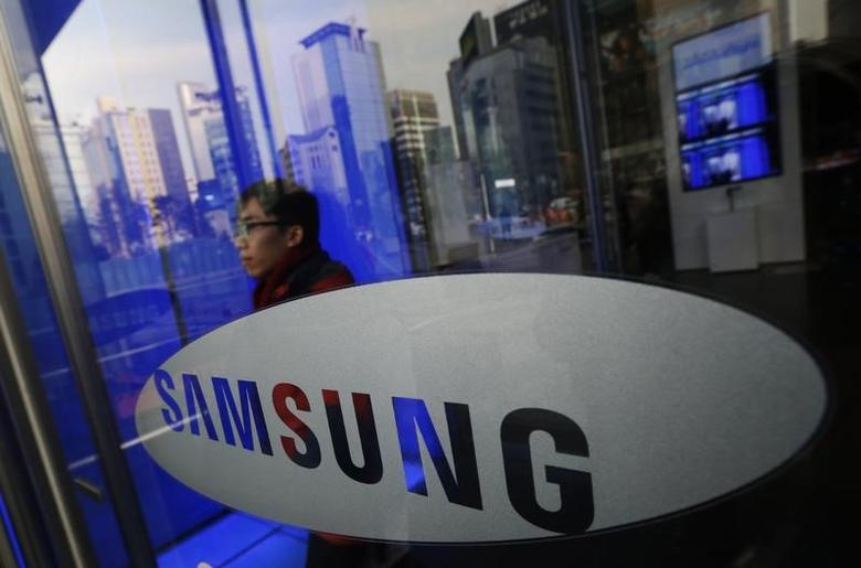 A man walks out of Samsung Electronics' headquarters in Seoul January 6, 2014.  REUTERS/Kim Hong-Ji/Files