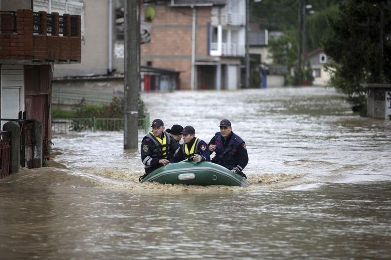 Firefighters evacuate people during floods in Zenica May 15, 2014. REUTERS/Dado Ruvic