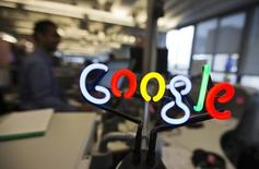 """Selon Arnaud Montebourg, la France n'acceptera pas un """"accord a minima"""" avec Google à l'échelle européenne et souhaite que Bruxelles """"relâche la pression"""" sur les opérateurs téléphoniques afin qu'ils s'affranchissent de leur statut de """"Lilliputiens"""" face au """"Gulliver"""" de l'Internet. /Photo d'archives/REUTERS/Mark Blinch"""