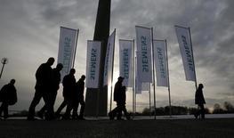 Un consortium emmené par Siemens a remporté jeudi un contrat de trois milliards d'euros pour la construction et l'entretien d'un parc d'éoliennes au large des Pays-Bas. /Photo prise le 28 janvier 2014/REUTERS/Michael Dalder