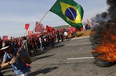 Integrantes do MTST bloqueiam uma rua durante protesto contra a Copa do Mundo, em São Paulo, nesta quinta-feira. 15/05/2014  REUTERS/Nacho Doce