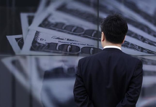 5月16日、来週の外為市場は、リスク資産のロング・ポジションの巻き戻しがどの程度まで進むかが焦点となり、ドル/円の下値リスクが意識されやすい展開となりそうだ。写真は昨年4月、都内で撮影(2014年 ロイター/Toru Hanai)