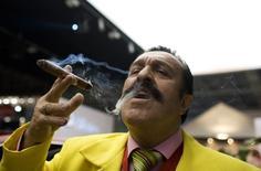 Человек курит сигару на открытии Millionaire Fair в Москве 27 ноября 2008 года. Производитель сигар собственных блендов и рецептур Total Flame планирует предложить до 20 процентов от увеличенного акционерного капитала летом этого года в ходе IPO на Московской бирже. REUTERS/Thomas Peter