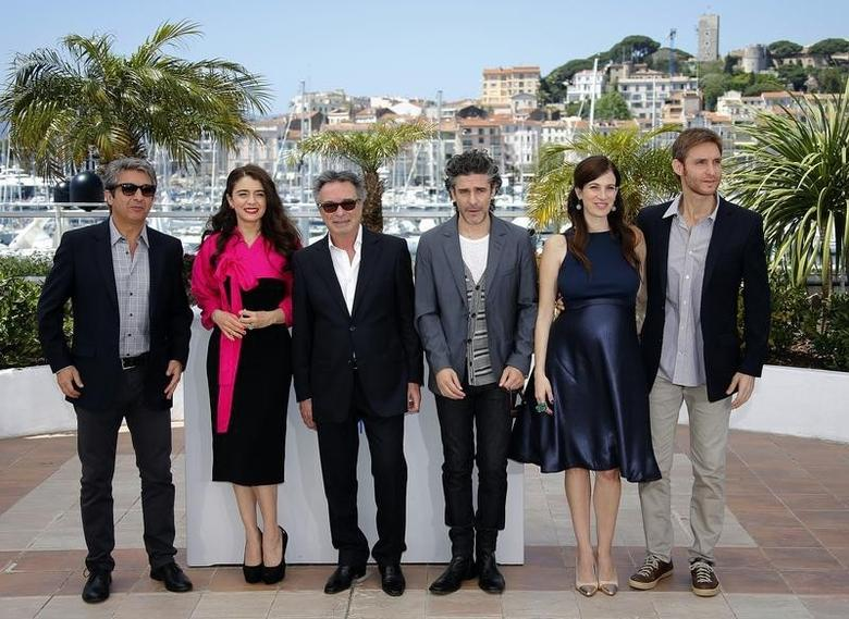 (L-R) Cast members Ricardo Darin, Erica Rivas, Oscar Martinez, Leonardo Sbaraglia, Maria Marull and director Damian Szifron pose during a photocall for the film ''Relatos salvajes'' (Wild Tales) in competition at the 67th Cannes Film Festival in Cannes May 17, 2014.             REUTERS/Eric Gaillard (FRANCE  - Tags: ENTERTAINMENT)   - RTR3PKU7