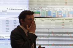 Сотрудник ММВБ в здании биржи в Москве 1 июня 2012 года. Российские фондовые индикаторы повышаются в начале сессии понедельника, и индекс ММВБ преодолел психологически важный уровень в 1.400 пунктов в первые минуты торгов. REUTERS/Sergei Karpukhin