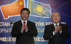 Президент Казахстана Нурсултан Назарбаев (справа) и председатель КНР Си Цзиньпин на церемонии запуска газопровода в Астане 7 сентября 2013 года. Китай планирует взять на себя финансирование строительства первого в Казахстане завода по сжижению природного газа (СПГ), сказал вице-министр нефти и газа Казахстана Магзум Мирзагалиев. REUTERS/Shamil Zhumatov