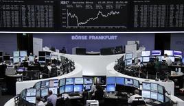 Unos operadores en sus puestos de trabajo en la bolsa alemana en Fráncfort, mayo 19 2014. Las acciones europeas cerraron en baja el lunes arrastradas por los descensos de AstraZeneca, que rechazó una oferta de compra presentada por la farmacéutica estadounidense Pfizer Inc, y de Deutsche Bank, que anunció un incremento de capital.      REUTERS/Remote/Stringer