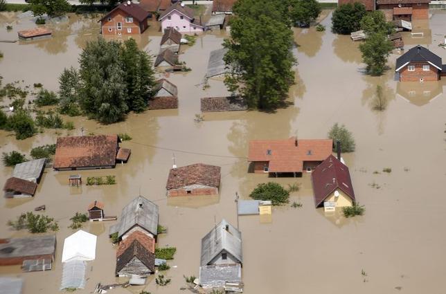 5月19日、バルカン半島を襲った豪雨の被害が拡大し、ボスニア政府は被災者が100万人以上に上ると発表した。写真は同国オラシエで18日撮影(2014年 ロイター/Dado Ruvic)