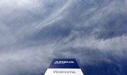 Airbus Group, à suivre mardi à la Bourse de Paris. L'avionneur européen va continuer de faire évoluer son très gros porteur A380 pour répondre au récent lancement par son rival Boeing du 777X. /Photo prise le 26 février 2014/REUTERS/Michaela Rehle