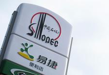 Логотип Sinopec на АЗС в Пекине, 16 сентября 2011 года. Крупнейшая в РФ нефтехимическая компания Сибур, совладельцем которой является попавший под санкции США бизнесмен Геннадий Тимченко, договорилась с китайской Sinopec о создании второго по счету СП по производству каучука, сообщили компании. REUTERS/Sean Yong