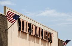 Магазин Home Depot в городе Найлс, штат Иллинойс, 19 мая 2014 года. Квартальные продажи крупнейшей в мире сети по торговле товарами для ремонта и стройматериалами Home Depot Inc оказались хуже прогнозов из-за медленного прихода весны во многих районах США после суровых холодов, сообщила компания во вторник. REUTERS/Jim Young