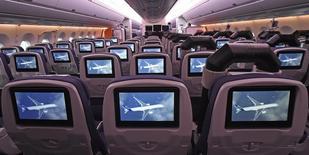 La cabine de l'Airbus A350 XWB, futur long courrier de l'avionneur européen qui se dit vigilant sur la crise ukrainienne en raison de ses liens avec la Russie qui lui fournit du titane, et désireux de travailler avec le futur gouvernement indien et un Premier ministre connu pour son volontarisme dans le domaine économique. /Photo prise le 7 avril 2014/REUTERS/Fabian Bimmer