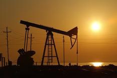 Станок-качалка на нефтяном месторождении в Баку, 24 января 2013 года. Цены на нефть Brent держатся выше $109 за баррель на фоне низкой добычи в Ливии и ожиданий повышения запасов нефти в США до рекордного уровня. REUTERS/David Mdzinarishvili