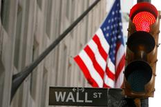 Wall Street a ouvert mardi en légère baisse après deux jours de hausse, sous l'effet notamment de résultats trimestriels jugés décevants pour Staples et Home Depot. L'indice Dow Jones perdait 0,06% dans les premiers échanges, le Standard & Poor's 500, plus large, reculait de 0,06% et le Nasdaq Composite perdait 0,13%. Staples, le leader américain des articles de bureau, plongeait de plus de 10% après avoir annoncé une chute de 44% de son bénéfice trimestriel. /Photo d'archives/REUTERS/Lucas Jackson (UNITED STATES)
