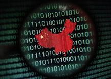 Un mapa de China en una computadora visto a través de una lupa en Singapur, ene 2 2014. Las firmas tecnológicas estadounidenses probablemente estén entre las compañías más afectadas por las tensas relaciones entre Pekín y Washington sobre la seguridad en Internet, después de que el Departamento de Justicia acusó a cinco altos mandos militares de la nación asiática de espionaje cibernético. REUTERS/Edgar Su