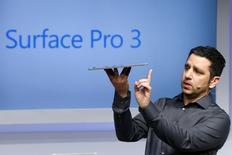 Microsoft presenta una Surface más grande para competir con la MacBook de Apple. Panos Panay, vicepresidente para Surface Computing en Microsoft Corp presenta el más reciente modelo de la tableta Surface en Nueva York, mayo 20, 2014.   REUTERS/Brendan McDermid