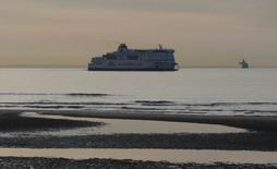 La concurrence britannique a confirmé mardi son intention d'interdire aux ferries de MyFerryLink opérés par Eurotunnel de relier Calais à Douvres, suscitant la colère du groupe et du secrétaire d'Etat français aux Transports Frédéric Cuvillier. /Photo prise le 4 mai 2014/REUTERS/Christian Hartmann