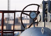 Труба, датчик давления и вентиль на газовой станции в селе Орловка 13 января 2009 года. Украина хочет объединить получаемый от российского монополиста Газпрома газ с потоком транзитного топлива, перейдя на совместную с Евросоюзом эксплуатацию своих газопроводов, на которую ранее претендовала РФ. REUTERS/ Gleb Garanich