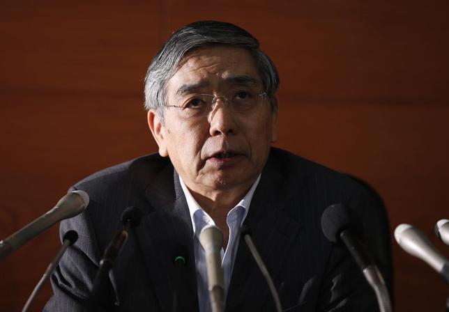 5月21日、日銀の黒田総裁は金融政策決定会合後の記者会見で、同日の声明文から「デフレ」の文言が消えた理由を尋ねられ、「異次元緩和が効果を発揮しているとの認識を踏まえたもので、特別な意味はない」としつつ、物価が順調に上昇しつつある事態が「頭にあったのは事実」とも回答した(2014年 ロイター/Toru Hanai)