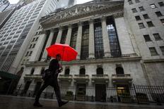 Wall Street a ouvert en légère hausse mercredi dans l'attente du compte rendu révélant la teneur des débats lors de la dernière réunion de la Réserve fédérale. Quelques minutes après le début des échanges, le Dow Jones gagnait 0,27%, le S&P-500 progressait de 0,18% et le Nasdaq prenait 0,23%. /Photo prise le 30 avril 2014/REUTERS/Brendan McDermid