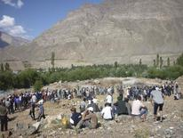 Люди хоронят жертв столкновений в городе Хорог, 26 июля 2012 года. Два человека погибли в среду в таджикском Хороге, когда милиция открыла огонь по толпе, штурмовавшей милицейский участок для освобождения арестованного и ответившей на стрельбу поджогами, сообщило МВД. REUTERS/Handout