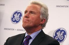 """Le PDG de General Electric Jeff Immelt a déclaré mercredi que le groupe américain allait continuer de """"travailler de façon constructive"""" avec le gouvernement français sur son offre de rachat des activités d'énergie d'Alstom, ajoutant s'attendre à voir le projet aboutir. /Photo d'archives/REUTERS/Mike Segar"""