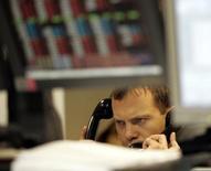 Трейдер в Тройке Диалог в Москве 15 декабря 2004 года. Российские фондовые индексы в четверг корректируются после многодневного роста во главе с акциями Газпрома, которые, по мнению некоторых участников торгов, потеряли привлекательность для спекулянтов после заключения сделки между концерном и Китаем накануне. REUTERS/Alexander Natruskin