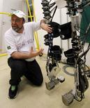 Neurocientista brasileiro Miguel Nicolelis mostra exoesqueleto em laboratório em São Paulo. 21/05/2002 REUTERS/Paulo Whitaker