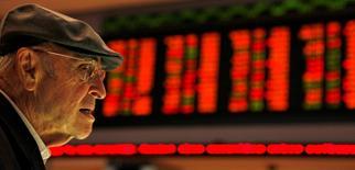 Un inversor brasileño mira los precios en los monitores del mercado BM&FBOVESPA en Sao Paulo. El principal índice bursátil de Brasil subió más de un 1 por ciento el jueves, rompiendo una racha negativa de tres sesiones consecutivas, impulsado por las acciones del sector bancario y de la minera Vale.
