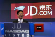 Richard Liu (C), CEO and founder of China's e-commerce company JD.com, smiles before ringing the opening bell at the NASDAQ Market Site building at Times Square in New York May 22, 2014. China's No.2 e-commerce company, JD.com Inc., awarded Liu a one-off share-based bonus of $591 million as the company prepared for its U.S. IPO, according to a securities filing.    REUTERS/Shannon Stapleton (UNITED STATES  - Tags: BUSINESS SCIENCE TECHNOLOGY)