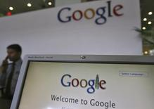 Selon le  Wall Street Journal, Google travaille au développement d'une nouvelle tablette capable de capturer des images en 3D et prévoit d'en produire environ 4.000 prototypes à compter du mois prochain. /Photo d'archives/REUTERS/Krishnendu Halder