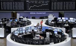Трейдеры на торгах фондовой биржи во Франкфурте-на-Майне 21 мая 2014 года.  Европейские фондовые рынки растут накануне выборов в Европе и на Украине. REUTERS/Remote/Stringer