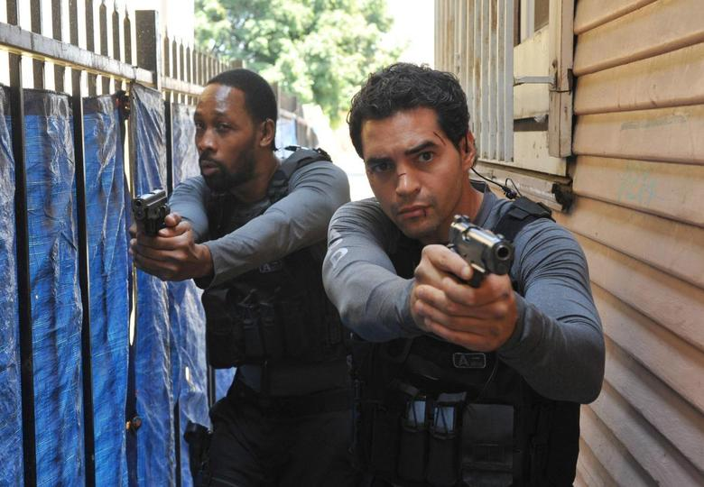 Cassius Green (RZA, L) and Ryan Lopez (Ramon Rodriguez, R) pursue shooting suspects in the ''Sangre Por Sangre'' episode of Gang Related on FOX. REUTERS/FOX/Richard Foreman