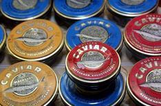 Стеклянные банки с икрой стоят в магазине в Москве, 20 июля 2011 года. Европейские лидеры на следующей неделе обсудят в деталях дополнительные санкции против России в случае срыва выборов на Украине, и они могут коснуться импорта товаров - от икры и мехов до нефти и газа.
