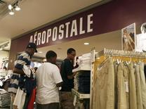 Le titre Aeropostale a perdu environ un quart de sa valeur boursière vendredi à Wall Street au lendemain de l'annonce par la chaîne de magasins de vêtements pour adolescents d'une perte trimestrielle plus marquée que prévu. Des questions se posent désormais sur la pérennité de l'entreprise. /Photo d'archives/REUTERS/Brendan McDermid