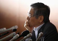 Foto de archivo del gobernador del Banco de Japón, Haruhiko Kuroda, en una rueda de prensa. Mayo 21, 2014.  El gobernador del Banco de Japón, Haruhiko Kuroda, dijo el sábado que la entidad mantiene opciones en caso de que necesite una política monetaria más expansiva para ahuyentar los riesgos para puedan amenazar las posibilidades de cumplir con su objetivo de precios. REUTERS/Toru Hanai
