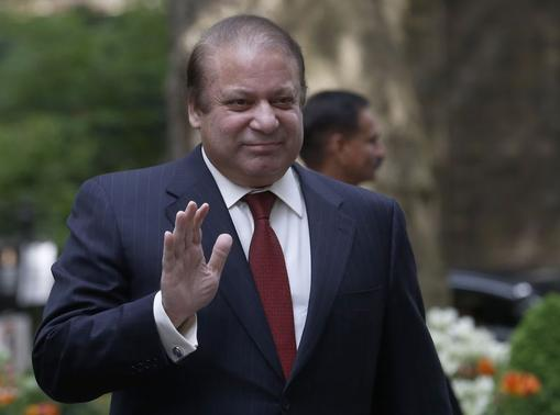 Pakistan's Prime Minister Nawaz Sharif waves as he arrives in Downing Street to meet Britain's Prime Minister David Cameron in London April 30, 2014. REUTERS/Luke MacGregor