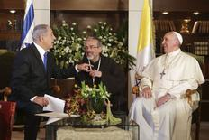 Pope Francis (R) meets Israel's Prime Minister Benjamin Netanyahu (R) at the Notre Dame Center in Jerusalem May 26, 2014.    REUTERS/Alex Kolomoisky/Pool
