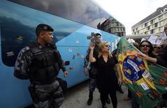 Professores protestam perto do ônibus que seria da seleção brasileira, durante uma manifestação em frente ao hotel no Rio de Janeiro em que a seleção brasileira se reuniu antes de seguir para a concentração na Granja Comary, em Teresópolis. 26/05/2014.  REUTERS/Ana Carolina Fernandez