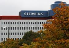 Siemens est en train de préparer une offre formelle à soumettre à Alstom qui prévoirait un transfert au groupe français de ses activités ferroviaires et le paiement de moins de sept milliards d'euros en numéraire en échange de la majeure partie ses activités dans l'énergie, a-t-on appris de plusieurs sources proches du groupe allemand.  /Photo d'archives/REUTERS/Michaela Rehle
