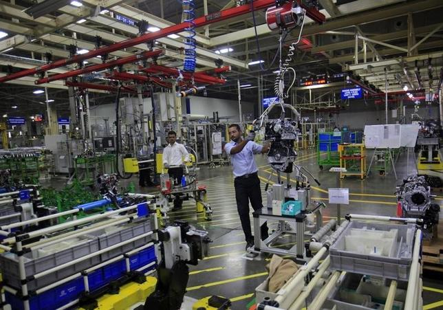 Employees work inside the General Motors plant in Talegaon, about 118 km (73 miles) from Mumbai September 4, 2012. REUTERS/Danish Siddiqui/Files