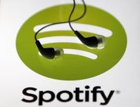"""Unos audífonos sobre una pantalla de una tablet con el logo de Spotify en Zenica, Bosnia-Herzegovina, feb 20, 2014. El servicio de música en """"streaming"""" Spotify AB pedirá a algunos de sus 40 millones de usuarios que cambien sus claves y actualicen sus sistemas en los próximos días, luego de detectar accesos no autorizados a las bases de datos internos de la firma de Internet.. REUTERS/Dado Ruvic"""