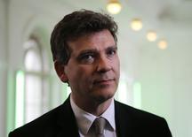 """Le ministre de l'Economie, Arnaud Montebourg, a engagé une action contentieuse contre le groupe Booking.com pour """"mettre fin aux déséquilibres"""" dans les relations entre les centrales de réservation et les établissements hôteliers. /Photo prise le 9 mai 2014/REUTERS/Fabrizio Bensch"""