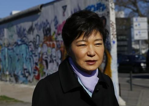 South Korean nominee for PM withdraws in latest blow to Park