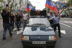 """Mineros de la región en una manifestación en apoyo a la """"República del Pueblo de Donetsk"""", Donetsk, mayo 28, 2014.  Una aparente calma volvió a las calles de Donetsk el miércoles después del mayor enfrentamiento entre tropas ucranianas y separatistas prorrusos en el este del país, en un conflicto marcado por la elección de un nuevo presidente que ha prometido que acabará con las revueltas. REUTERS/Maxim Zmeyev"""