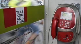 Una cabina telefónica de Telekom Austria en Viena, mayo 8 2014. América Móvil busca mantener una participación mayoritaria ajustada en Telekom Austria después de su oferta de adquisición por 2.000 millones de dólares, dijo el miércoles el presidente financiero del grupo mexicano de telecomunicaciones. REUTERS/Leonhard Foeger