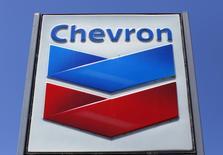 Заправка Chevron в Дель-Маре, Калифорния 25 апреля 2013 года. Chevron Corp по-прежнему заинтересован в освоении запасов сланцевого газа на западе Украины и внимательно следит за развитием украинско-российских отношений, сказал генеральный директор Джон Уотсон. REUTERS/Mike Blake