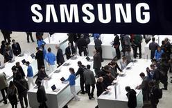 Стенд Samsung на Всемирном мобильном конгрессе в Барселоне, 25 февраля 2013 года. Samsung Electronics Co Ltd продолжает экспансию на рынок устройств, носимых на теле: в среду южнокорейская компания представила прототип напульсника, который способен в реальном времени оценивать состояние здоровья и физические кондиции своего владельца. REUTERS/Albert Gea