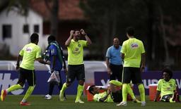 Os jogadores do Brasil Neymar, Fred, Daniel Alves, Hernanes e Wiliian brincam durante treino em Teresópolis nesta quinta-feira.  REUTERS/Ricardo Moraes