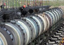 Цистерны на нефтяном терминале Роснефти в Архангельске 30 мая 2007 года. Цены на нефть Brent держатся выше $110 за баррель за счет резкого сокращения запасов бензина в США и нестабильности на Украине. REUTERS/Sergei Karpukhin
